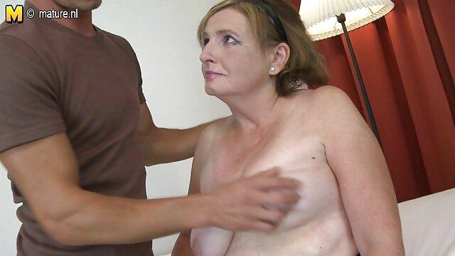 FakeAgent Roten Kopf gibt pornofilme mit reifen damen erstaunliche hand job