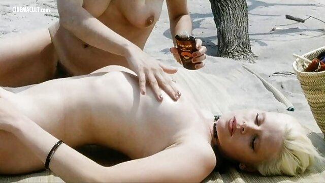 Kurvige Blondine saugt an dildo und spielt mit kostenlose pornofilme von reifen frauen Kurven