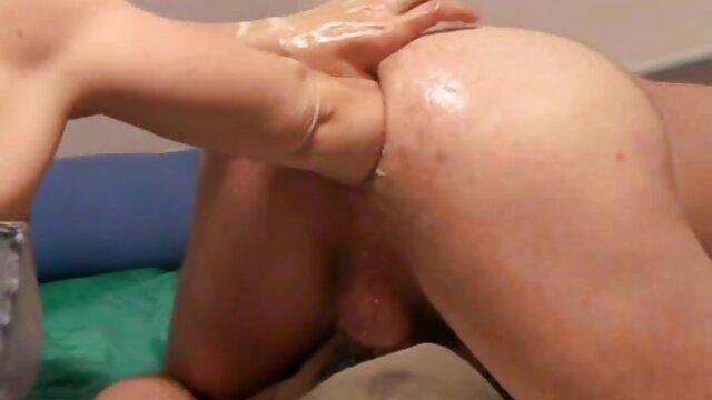Kitzeln Babes erotikfilme mit reifen frauen